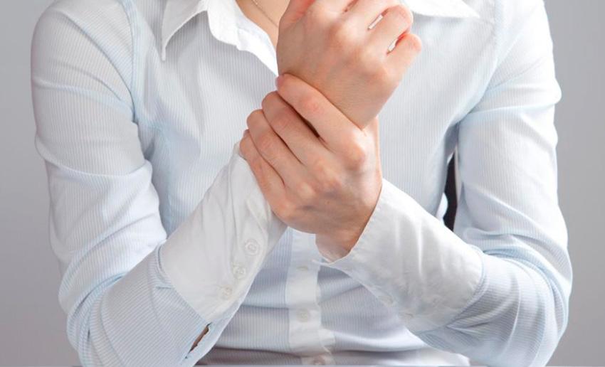 زمانی که درد مفاصل افزایش پیدا میکند به دنبال تسکین سریع درد خواهید بود. اما ممکن است دوست نداشته باشید از مسکنها استفاده کنید به خصوص اگر از عوارض جانبی آنها یا تداخلشان با سایر مواد دارویی نگران باشید. ممکن است استفاده از دارو به تنهایی کمکی به شما نکند و به دنبال روش غیر دارویی برای تسکین و درمان درد خود باشید. استفاده از یخ یا گرما برای این دردها عالی است اما تنها گزینه پیش روی شما نیست. در این مقاله قصد داریم ۷ مورد از درمانهای طبیعی و خانگی برای درد مفاصل را بیان کنیم. از سوزن و طب سوزنی استفاده کنید: مطالعات دانشمندان نشان میدهد که طب سوزنی میتواند درد مفاصل را بهبود ببخشد. یک بررسی نشان داد که استفاده از طب سوزنی میتواند در بهبود درد و سفتی در افراد مبتلا به فیبرومیالژیا (نوعی روماتیسم بافت همبند) موثر باشد. بنابراین اگر از سوزن نمیترسید بهتر است چند جلسه طب سوزنی را امتحان کنید. فقط به خاطر داشته باشید که برای دریافت نتیجه باید چند جلسه از این طب استفاده کنید. از آب درمانی بهرهمند شوید: شنا کردن، ایروبیکهای آبی و سایر فعالیتهای مرتبط با آب میتواند انعطاف پذیری و قدرت بدن را افزایش دهد. مطالعات انجام شده در سال ۲۰۱۴ نشان داد که تمرینات و ورزشهای آبی میتواند باعث کاهش درد شود و عملکرد فیزیکی بدن را بهبود ببخشد. در این میان مطالعات انجام شده در سال ۲۰۱۵ نشان میدهد که ۴۵ دقیقه تمرین ورزشی آبی میتواند درد زانو را کاهش دهد. از کرمهای حاوی کپسایسین استفاده کنید: کپسایسین که مسئول ایجاد حرارت و گرما در فلفل است در ساخت کرمها و پمادهای ضد درد نیز مورد استفاده قرار میگیرد. این ماده به طور موقت از ماده p (یک ماده شیمیایی در مغز که باعث تحریک گیرنده های درد میشود) استفاده میکند و همین امر باعث میشود بدن درد مفاصل را احساس نکند. مطالعات انجام شده نشان داده است که ۸۰ درصد افراد مبتلا به آرتروز یا آرتریت روماتوئید با اعمال کرمهای حاوی کپسایسین چهار بار در روز به مدت دو هفته درد کمتری داشتهاند. تقویت عضلات اطراف مفاصل, روماتیسم مفصلی استفاده از یخ یا گرما برای تسکین دردهای مفصلی موثر است مصرف مکملها را فراموش نکنید: گلوکوزامین و کندرویتین سولفات (موجود در غضروف انسان) برای درمان درد و التهاب همراه با آرتروز بسیار محبوب هستند.مطالعات بی شماری برای بررسی تاثیر این مواد انجام